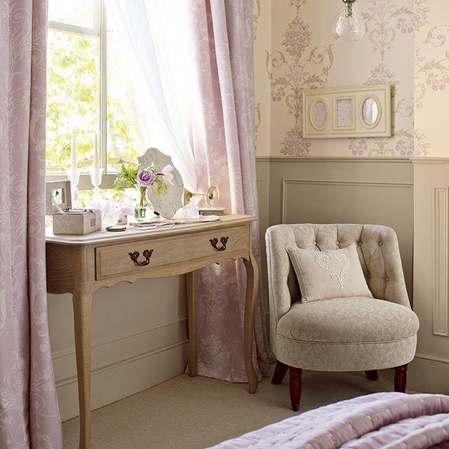 ¿Quién dijo que las butacas eran sólo para el salón? Resulta el complemento perfecto para un dormitorio romántico.  #PresumeDeSofá  En imagen: butaca Polly en Josette heart natural  Aprovecha la promoción, del 15 al 30 de Junio, 20% en tu compra de sofás y butacas, y envío gratuito ¡Ven a visitarnos!  #decodiario #homedecor #decor #decoracion #interiordesign #design #inspiracion #lauraashley #ideas #regalos #miestilolauraashley #primaverasqueenamoran #papelpintado #telasbonitas…
