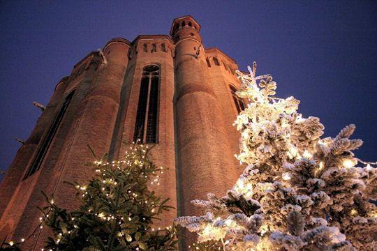 Albi. Les sapins de Noël installés au pied de la très belle cathédrale Sainte-Cécile, l'un des plus grands édifices en brique du monde.