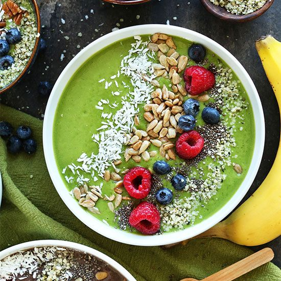 Green Smoothie Bowl | Minimalist Baker 1/4 ripe avocado 2 medium ripe bananas 1 cup berries  2 large handfuls spinach 1 1/2 - 2 cups milk 1 Tbsp flax seed meal