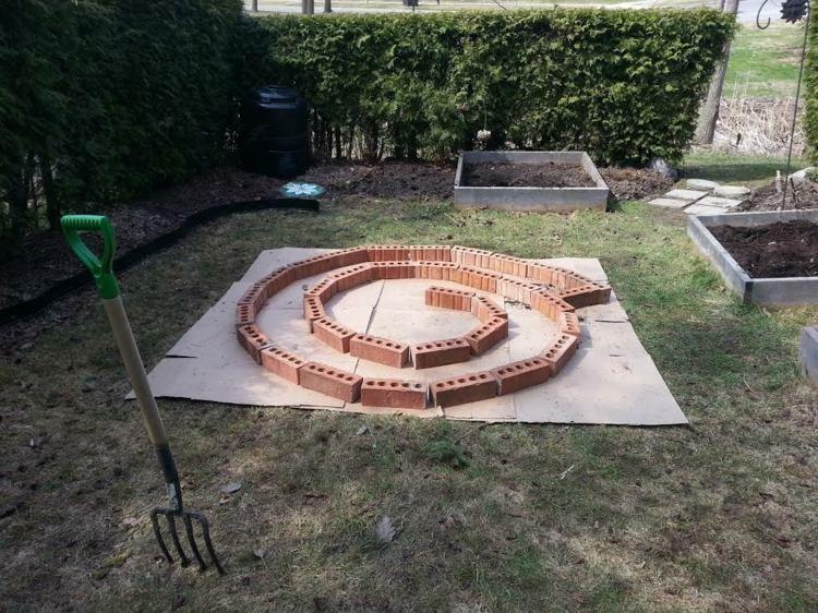 kräuterschnecke aus ziegel selber bauen   garten   pinterest, Gartenarbeit ideen