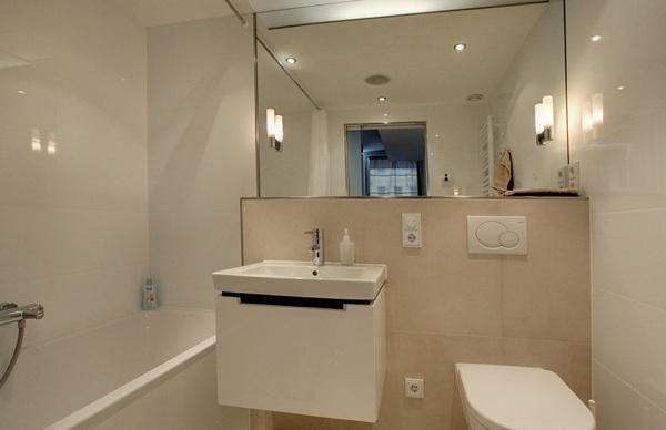 Mit Guter Beleuchtung Und Großen Spiegeln Wirkt Das Badezimmer Hell Und  Vergrößert