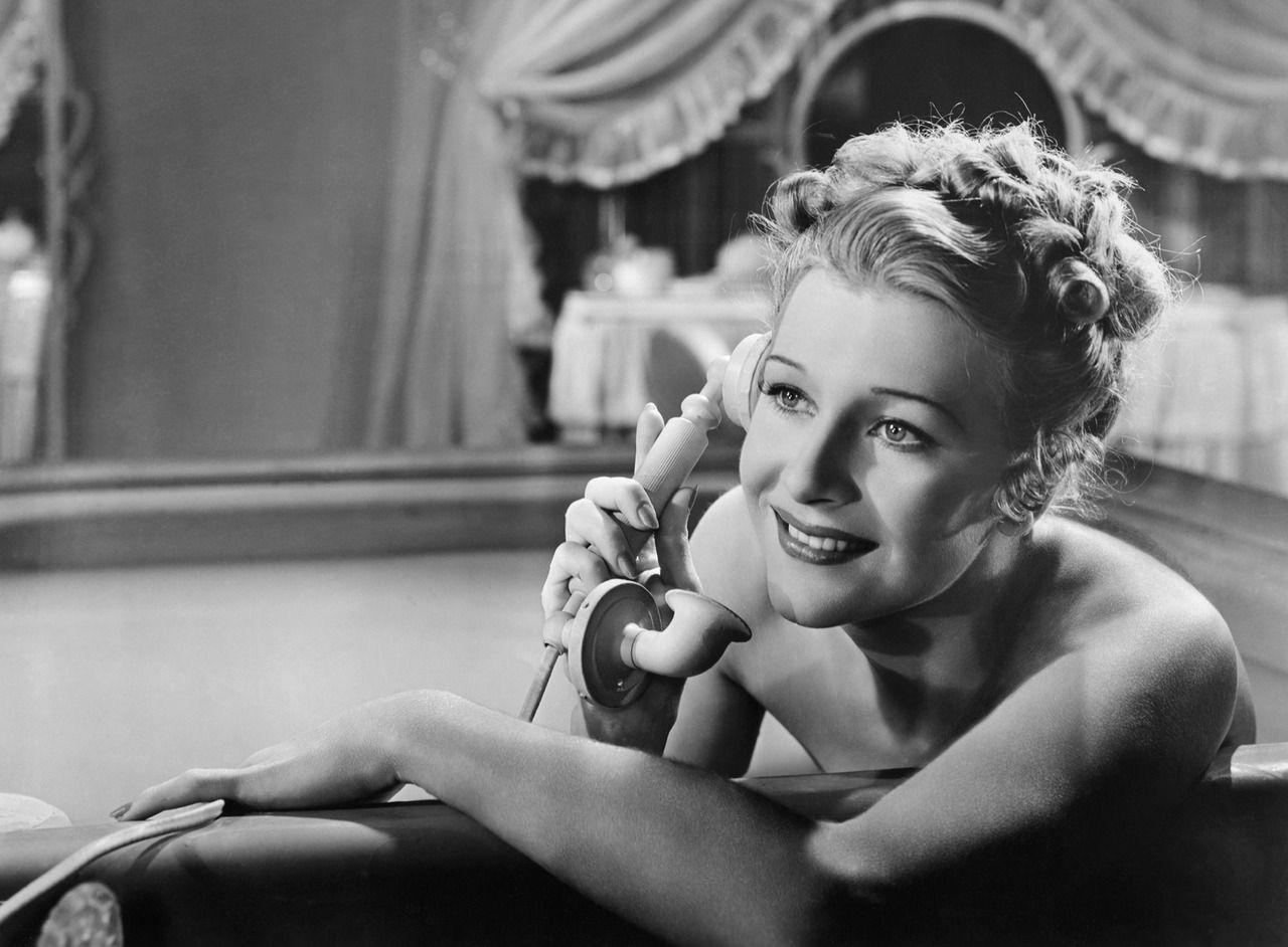 "shirley ross in ""paris honeymoon"" | 1939 | #vintage #1930s #hair #makeup |  Paris honeymoon, Classic movie stars, Black and white movie"