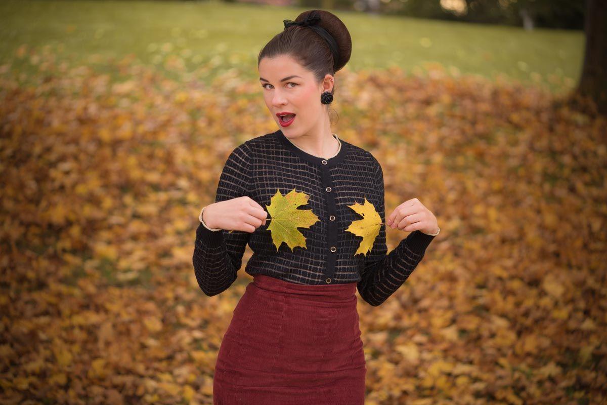 In diesem Blogpost zeige ich Dir ein warmes, aber glamouröses Herbst-Outfit im Vintage-Stil mit einem Yumi Cardigan und Secrets in Lace Nahtstrümpfen.