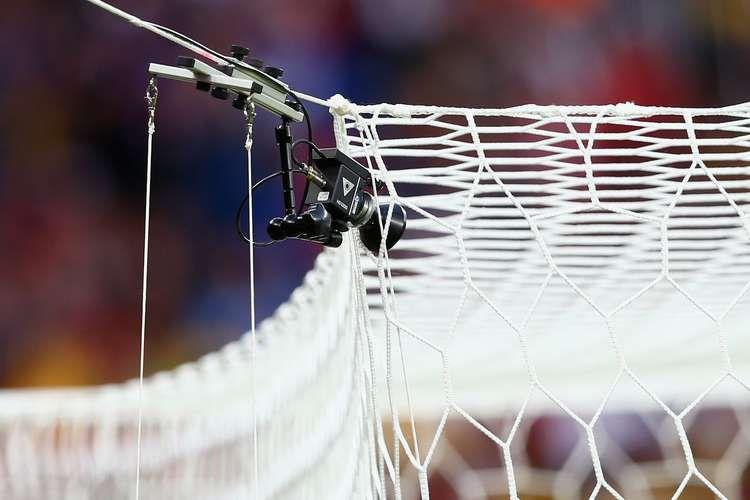 Câmera da tecnologia da linha do gol pendurada na rede foi usada para confirmar segundo gol francês