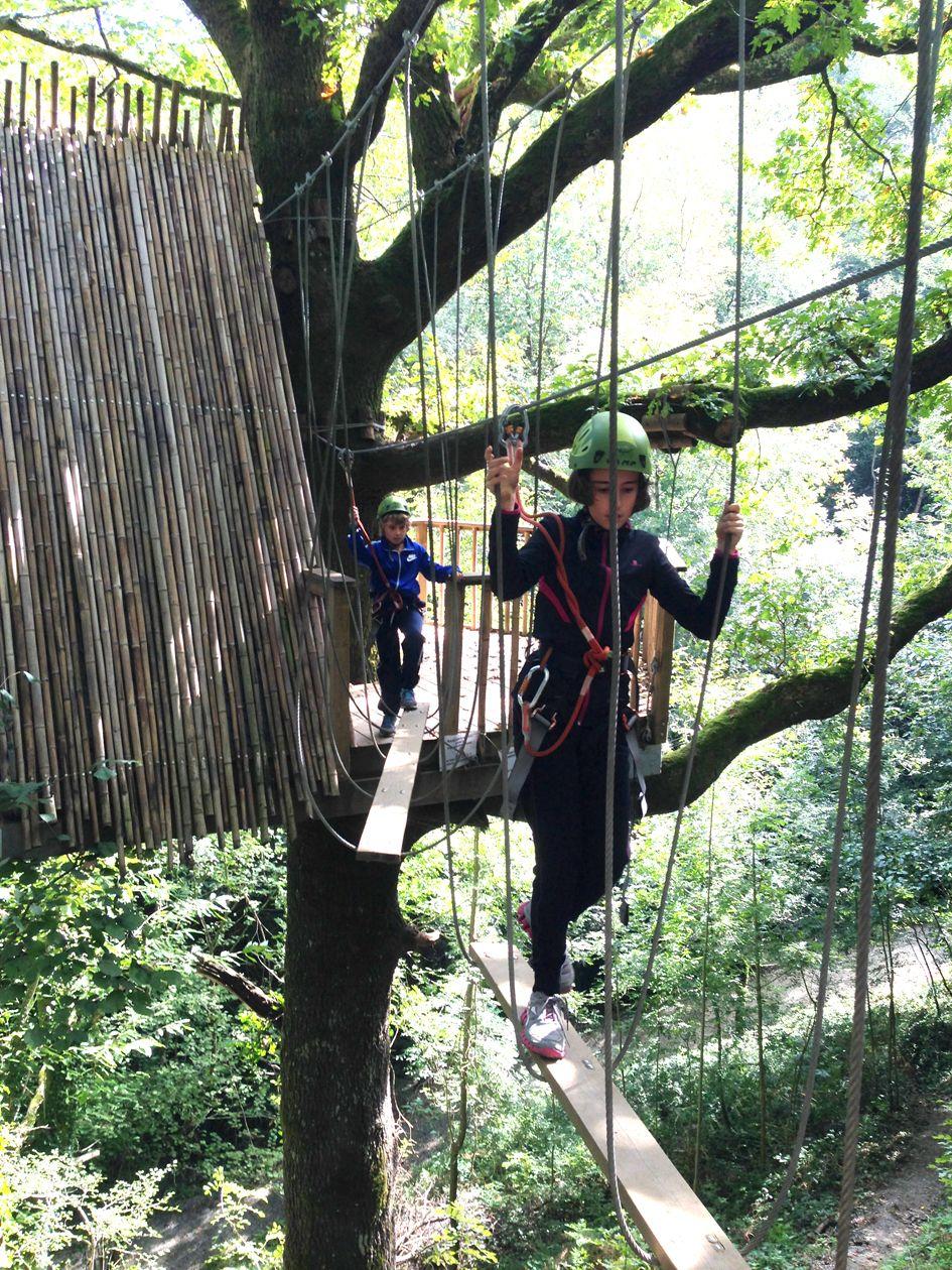 Saliendo de la cabaña del arbol. Ruta de aventura. www.irrisarriland.es