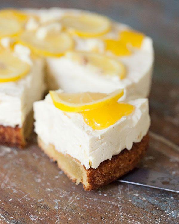 I går bakade jagen helt magisk vit chokladtårta med mild lemon curd-smak och seg mandelbotten. Och alltså, oj oj oj, vad den här tårtan är god! Receptet – som är naturligt glutenfritt och löjligt enkelt att baka – är en utveckling av en glassig daimtårta som min mamma brukade göra när det var fest