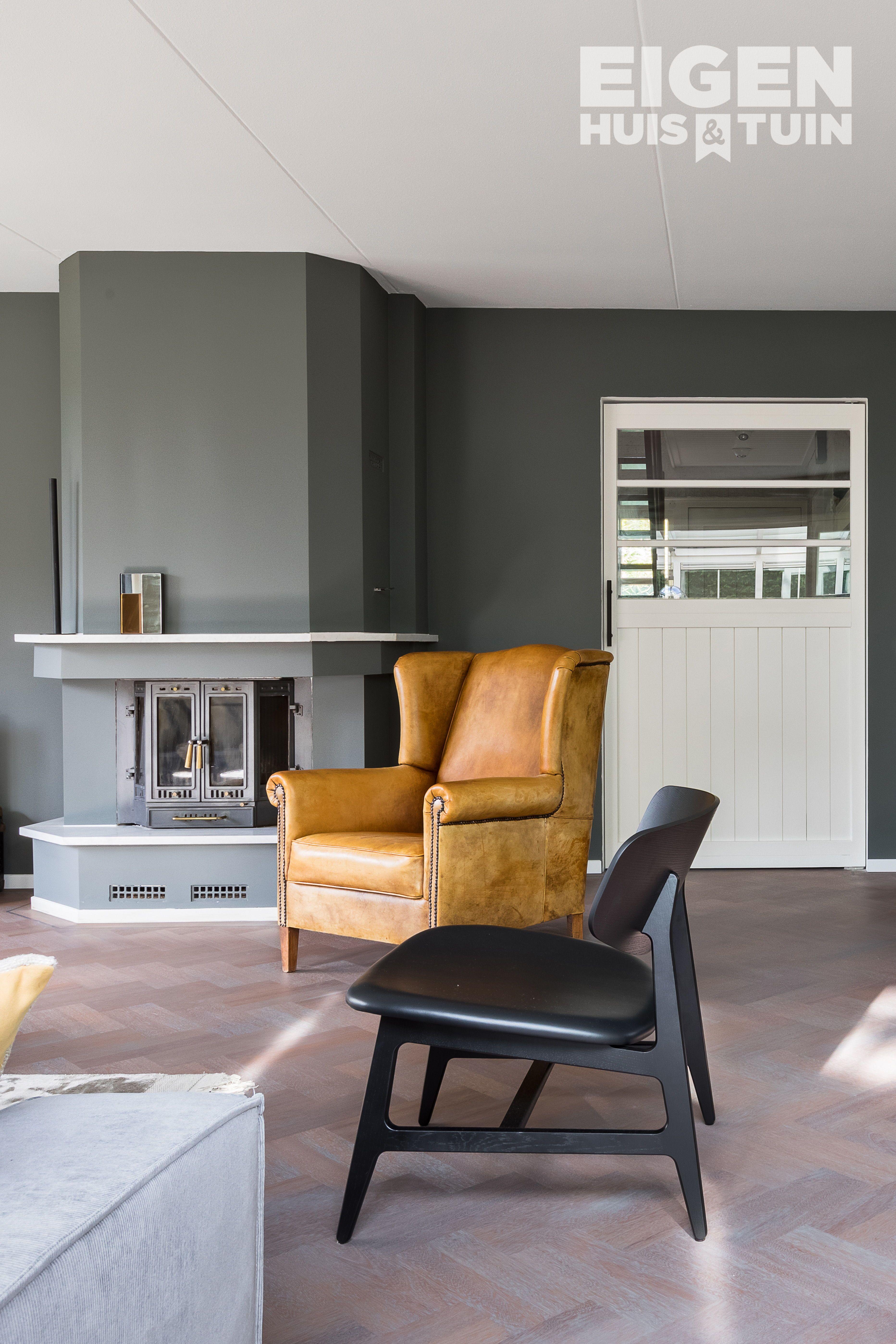 Een cognac leren stoel geeft de woonkamer een stoere look