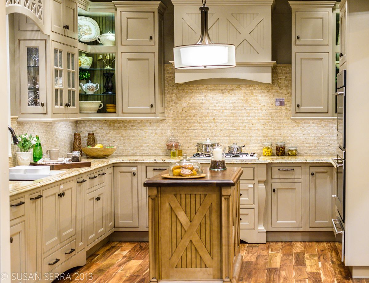 A Transitional Country Kitchen I Can See A Wood Or Taupe Painted Wall Plate On The Backsplash Beautifulswitc Country Kitchen Kitchen Design Wellborn Cabinets