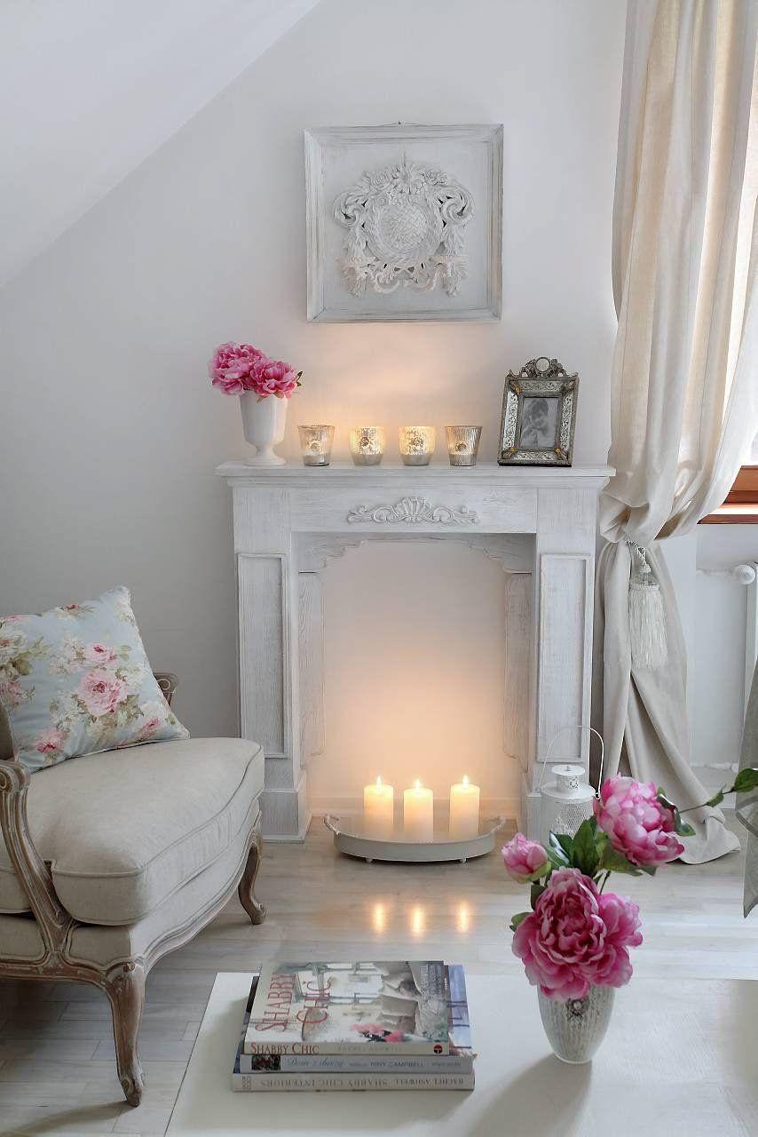 Verspielt Eingerichtetes Wohnzimmer. Die Zahlreichen Kerzen Unterstützen  Die Romantische Atmosphäre. #landhaus #einrichten