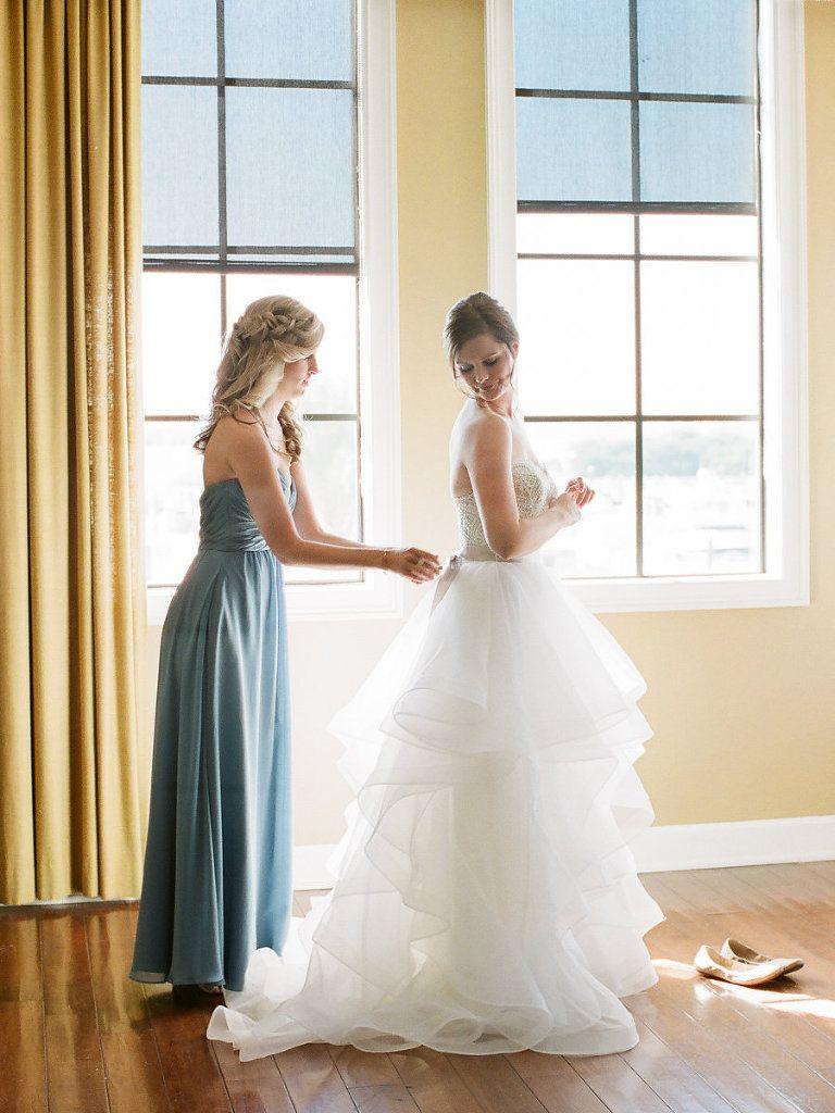 Braut Vorbereitungen Porträt in überlagertem Ballkleid Brautkleid ...