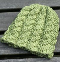 bitty cabled hat.  free pattern.