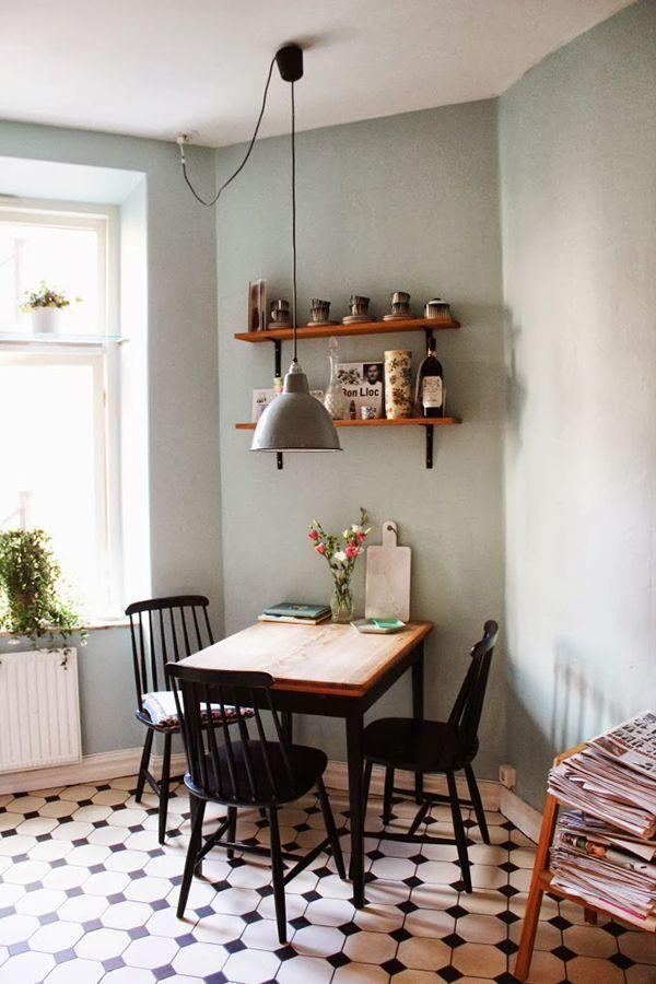 Kleiner Essplatz In Der Küche Mit Schwarzen Sprossenstühlen Und Wand In  Salbeigrün