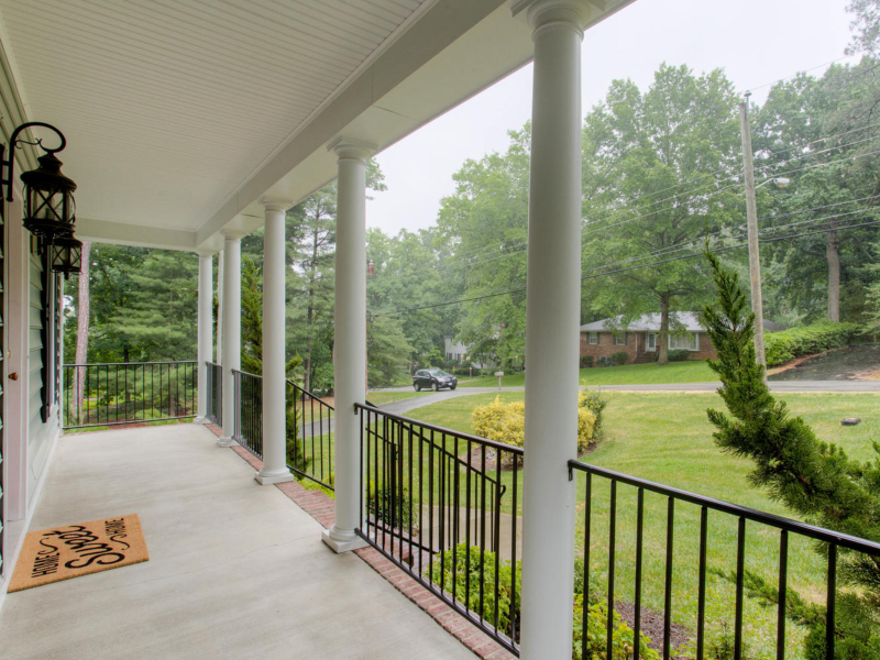 front porch with black railing - Google Search in 2020 ...