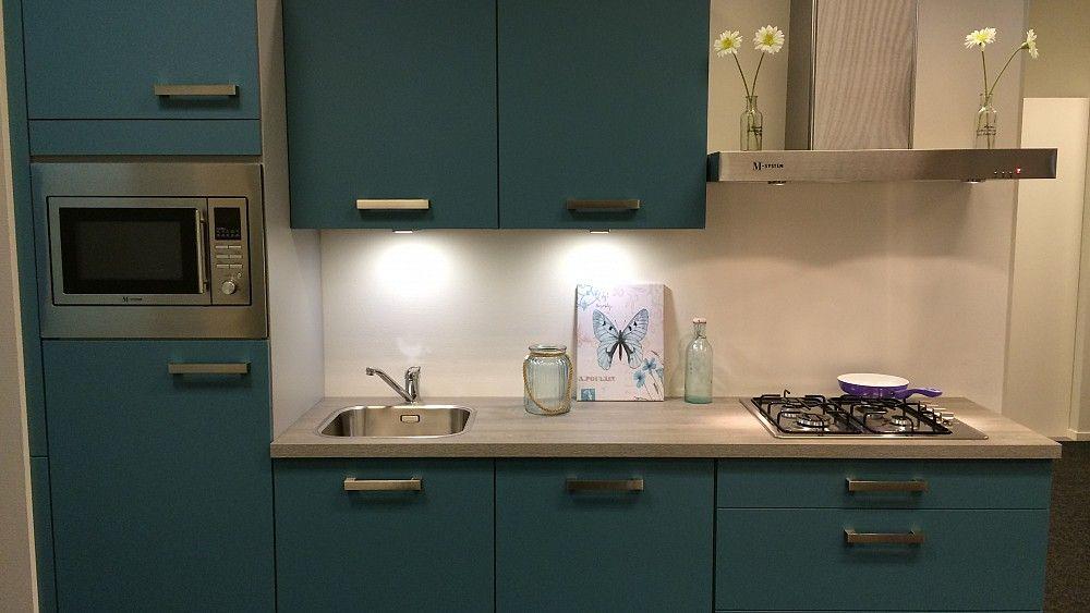 Keukenloods staalblauwe rechte keuken met kunststof werkblad