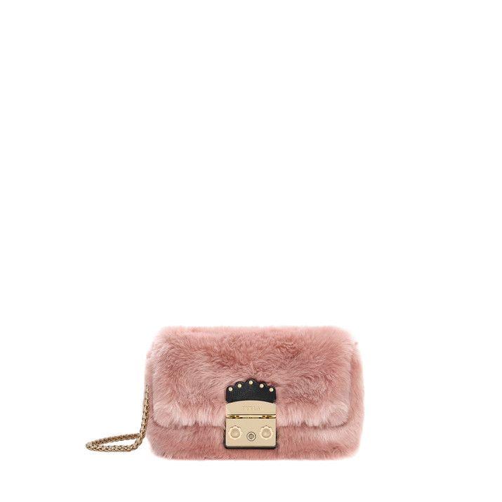 cd47254394d3 Женская мини-сумка Furla Metropolis Nuvola из искусственного меха дополнена  замком с декоративной кожаной деталью, украшенной фестонами и заклепками.