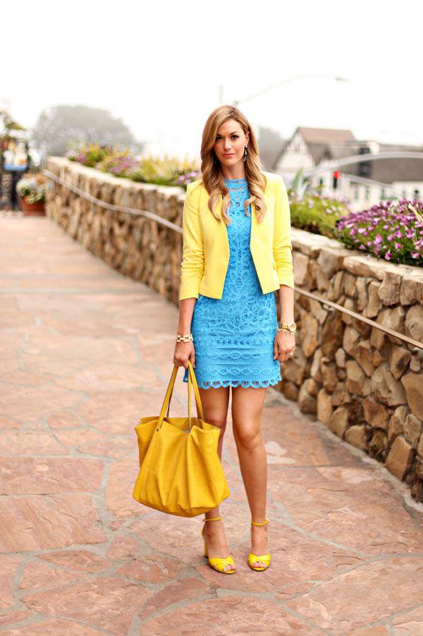 Saquito amarillo con vestido azul