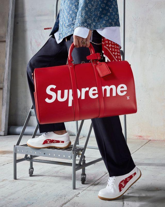 """Supreme(シュプリーム)× Louis Vuitton(ルイヴィトン)のコラボコレクションの販売は、2017年7月17日より順次発売と発表されている。 こちらの投稿では Supreme × Louis Vuitton の「 発売日 . 立ち上げ . リーク . 値段 」などの最新情報をいち早くお伝えする """"まとめ"""" 記事として随時更新中。"""