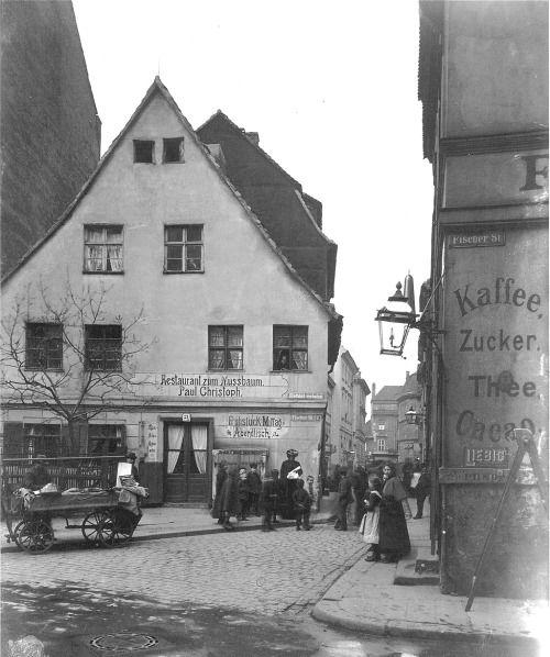 """Berlin, Mitte - Restaurant """"Zum Nussbaum"""" in the """"Nikolai""""-quarter - 1903"""