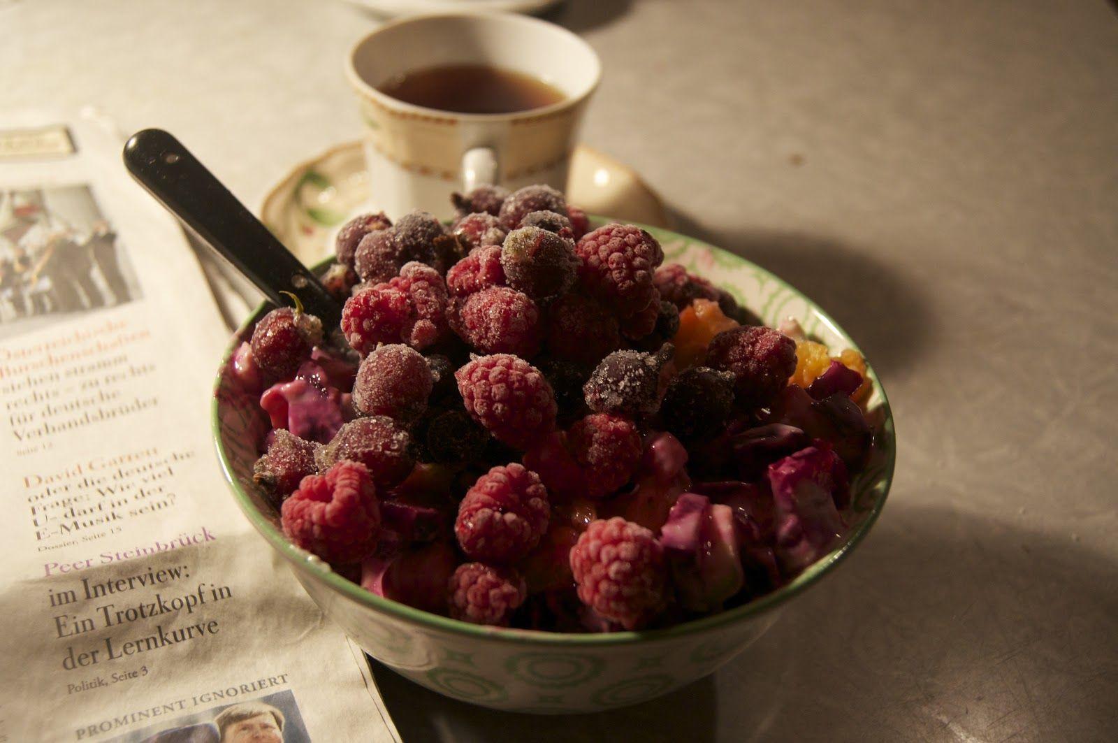 Noras Frühstück mit noch gefrorenen Beeren.
