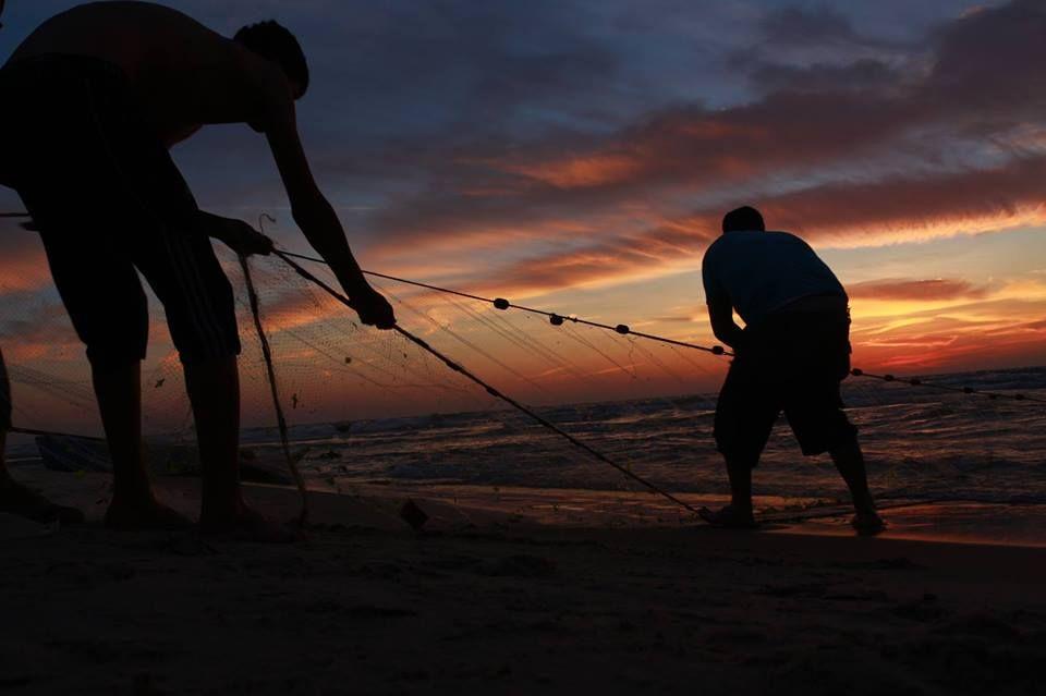 أسعد الله مساءكم بكل خير و أن يكون يومكم أجمل ما يكون صورة لفتاة على بحر مدينة غزة Photo Pictures Water