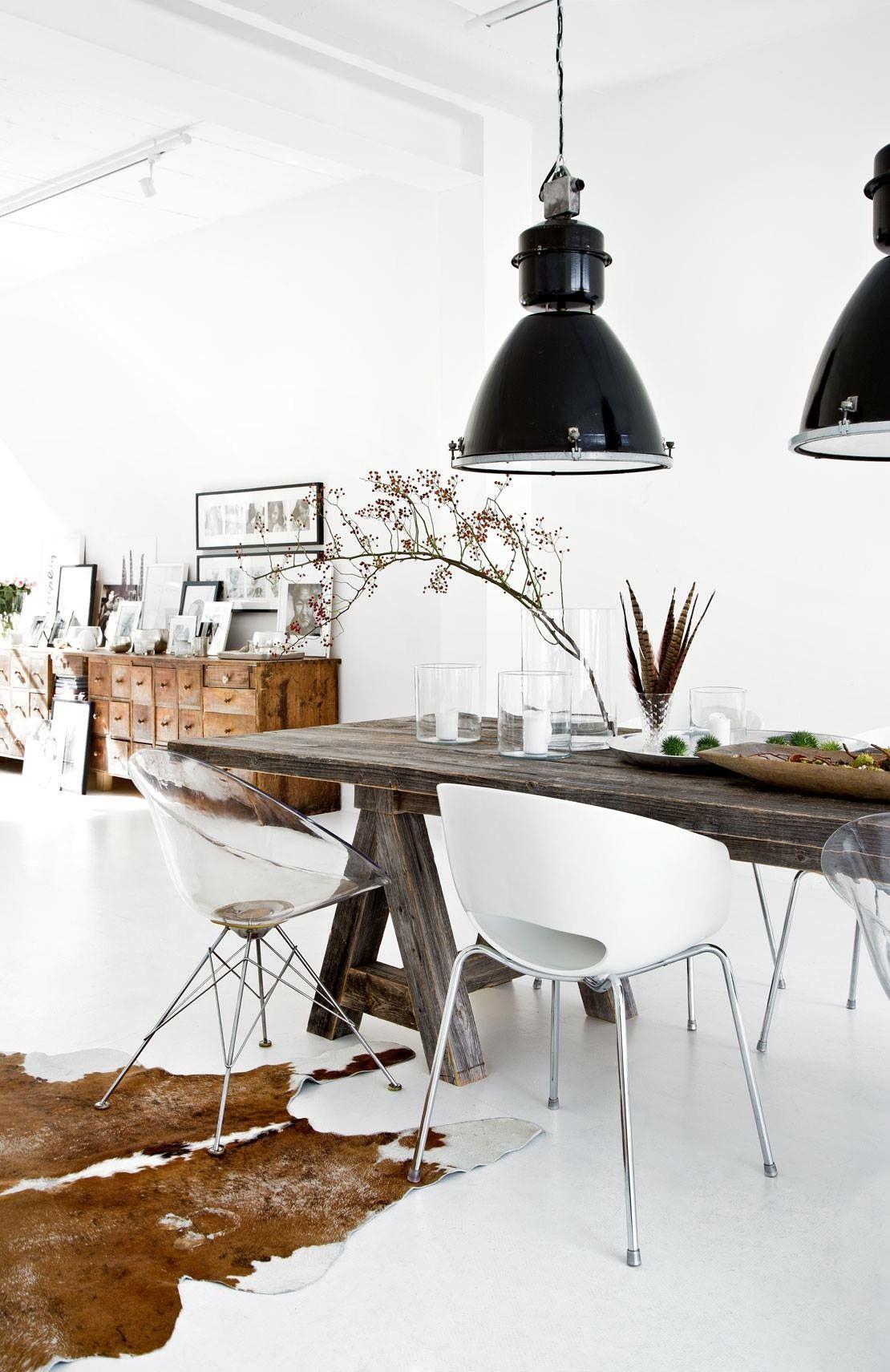 Esszimmer Loft Modern Skandinavisch Schlicht Minimalistisch Esstisch  Altholz, Platikstühle Kartell Orbit, Industrieleuchten Schwarz,