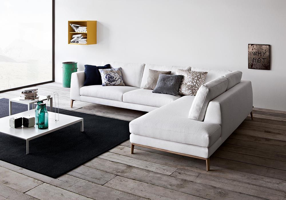 Divani Soggiorno ~ Soggiorno rosa e bianco con divano beige con chaise longue e