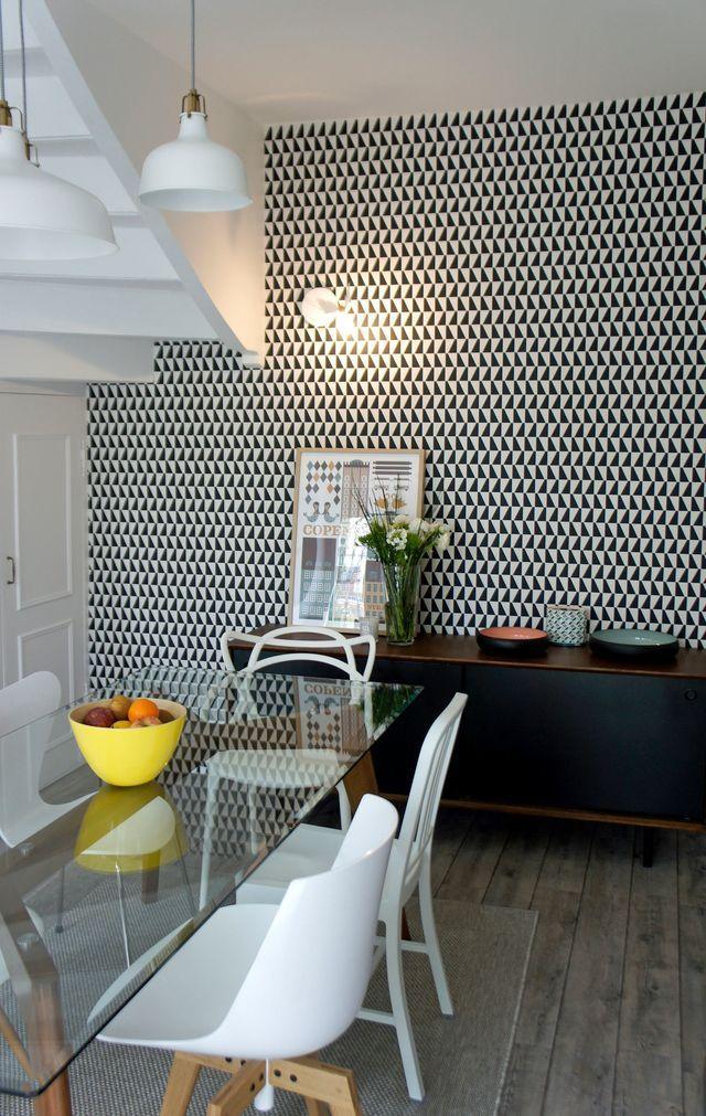 Vue Sur La Salle à Manger, On Aperçoit Le Mur Graphique Noir Et Blanc, Un  Dessin Du Designer Danois Arne Jacobsen. Réalisation Du Studio Azimut.