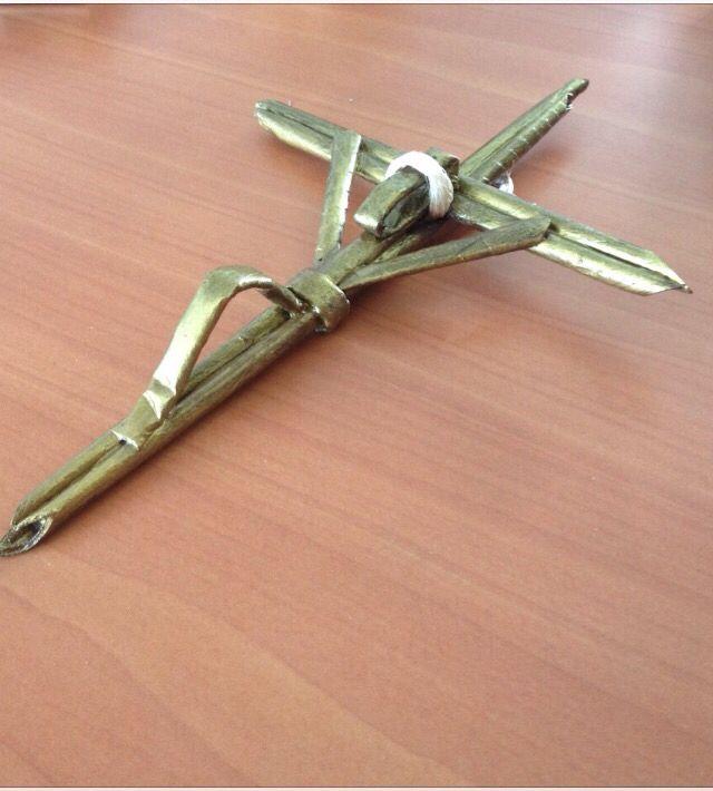 Crucifijo con papel periódico