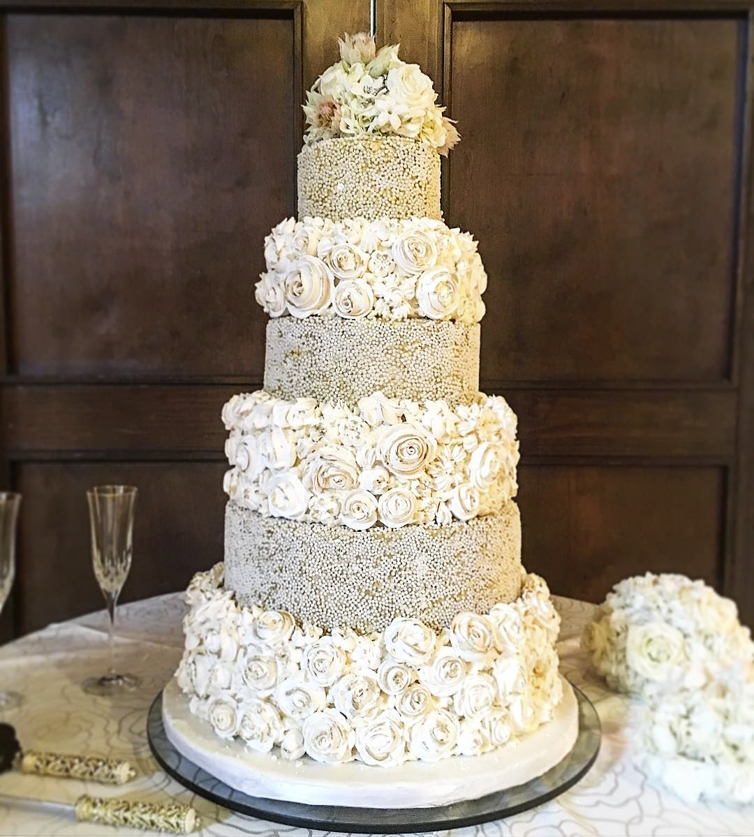 Don't you just love all of the different layers and textures on this delicious wedding cake? Thanks @rustikacafe for sharing!