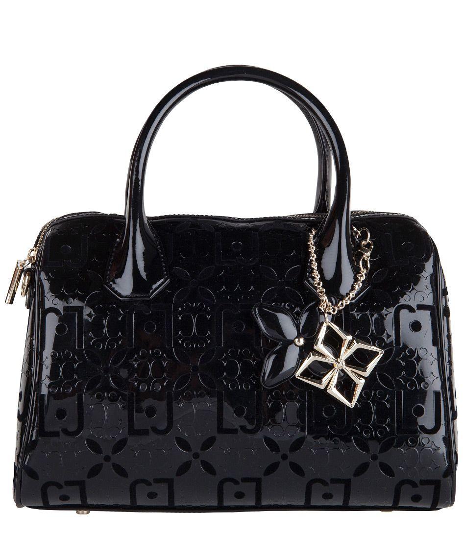 De Melanie Boston Bag van Liu Jo is een chique tas met trendy twist. De tas is uitgevoerd in glanzend PU-leer met Liu Jo logoprint en zacht fluwelen opdruk. (€127,00)