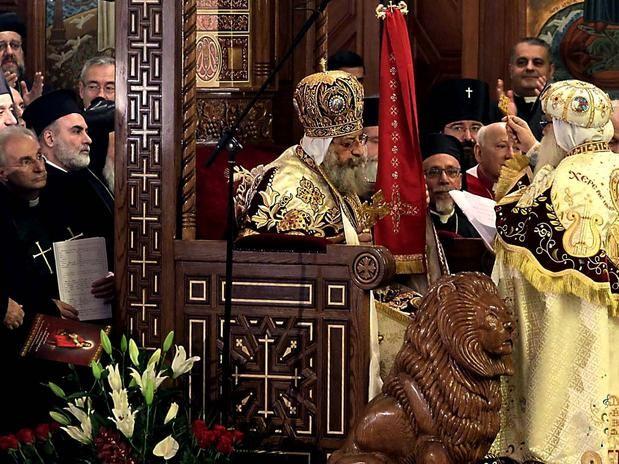 """18-nov-2012 - CAIRO, EGITO: Uma cerimônia consagra a proclamação do PAPA TEODORO II como novo líder dos cristãos """"COPTAS"""" na Catedral de São Marcos. Foto: AP."""