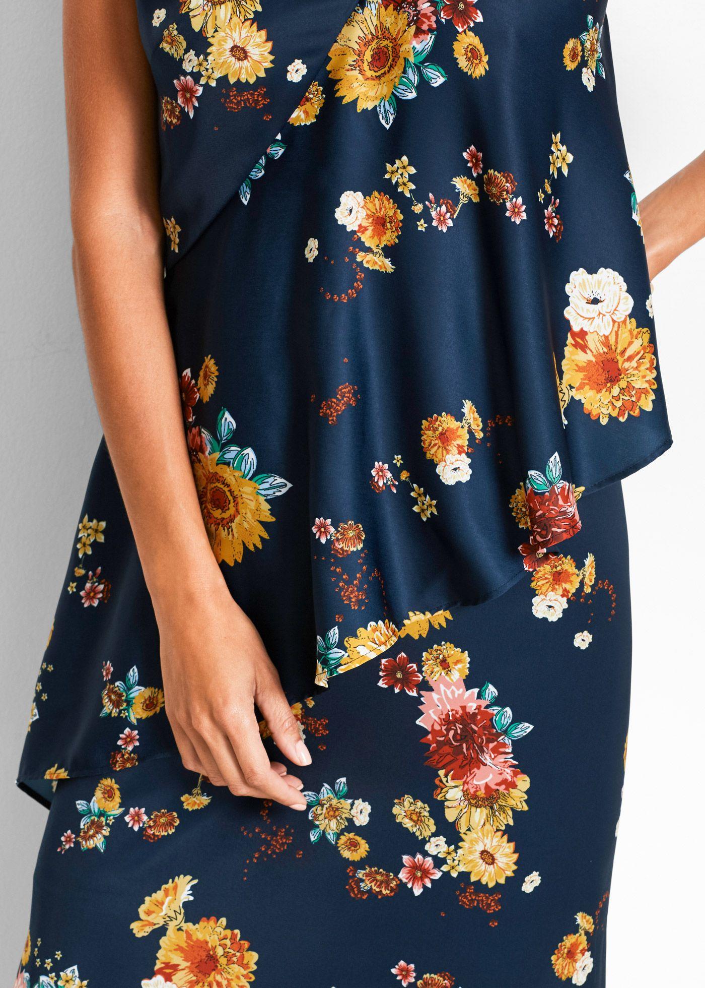 Ein feminines Blumen-Design, eine elegante Wickeloptik und zwei seitliche Schlitze machen das Kleid zu einem romantischen Hingucker.