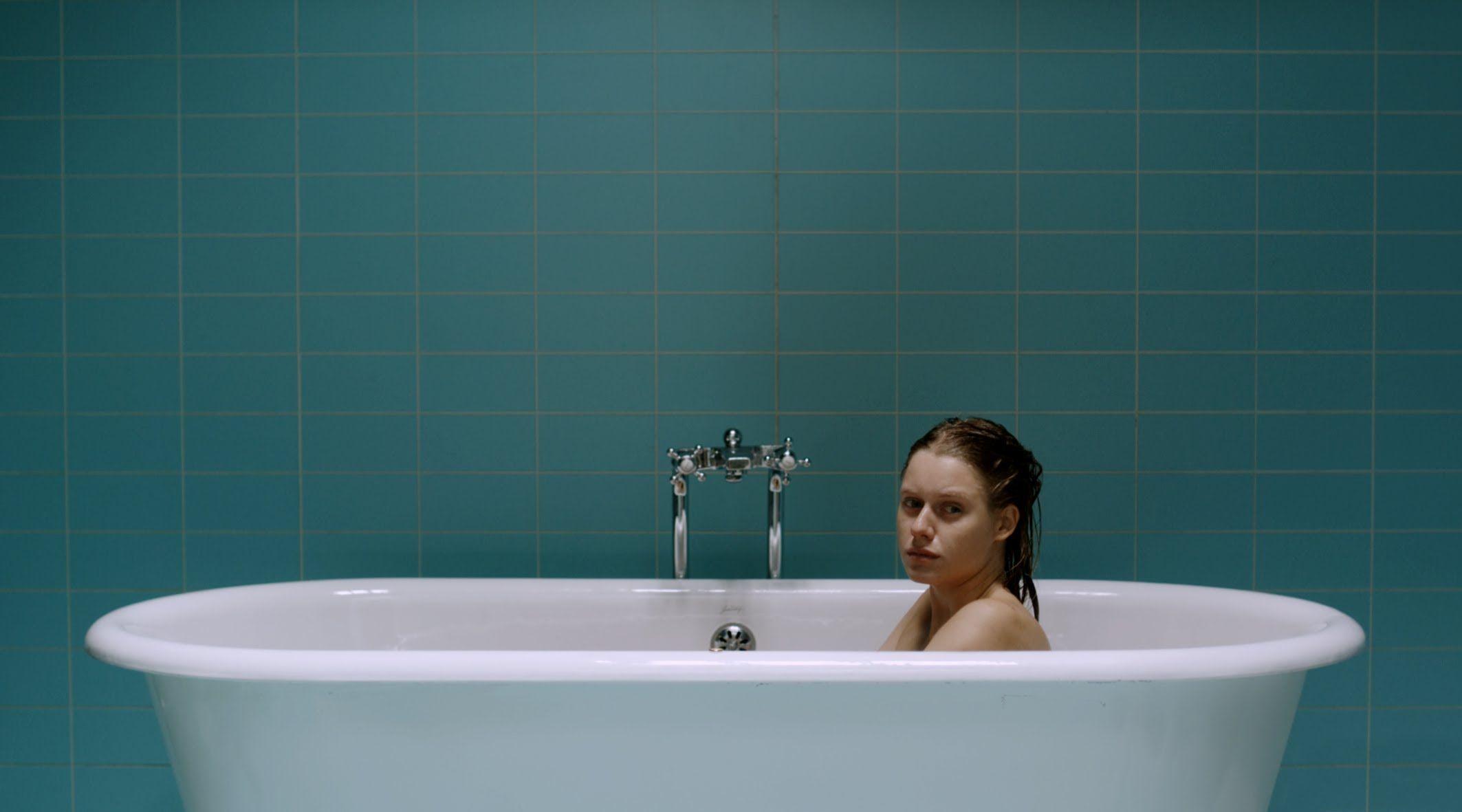 EL ORDEN DE LAS COSAS (Full Short Film - 2010)La vida de Julia transcurre en la bañera. Gota a gota irá reuniendo el valor necesario para cambiar el orden de las cosas.