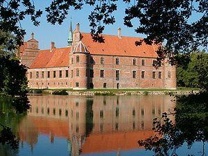 Rosenholm Slot, Jylland - Siden grundlæggelsen i 1559 har Rosenholm været i adelsslægten Rosenkrantz' besiddelse, og herregården er Danmarks ældste slægtsgård. I dag tilhører hovedbygning og park en familiefond, der ledes af medlemmer af slægten.