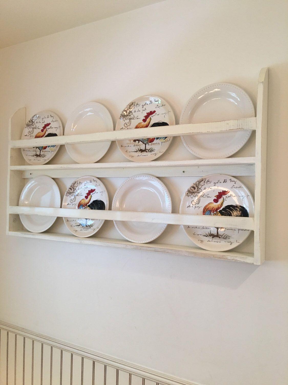 фото полок с декоративными тарелками столик бревна одна
