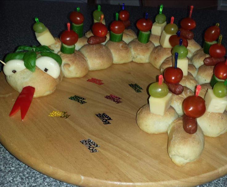 partyschlange rezept fingerfood kinder pinterest kindergeburtstag essen backen und essen. Black Bedroom Furniture Sets. Home Design Ideas