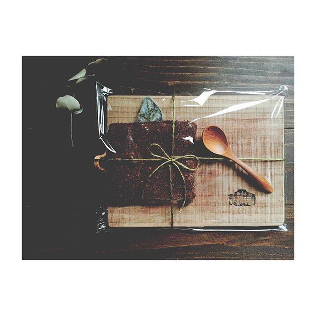 0li8li0#natural#ナチュラル#antique#アンティーク#cuttingboard#カッティングボード#coaster#コースター#cutlery#カトラリー#スプーン#木#暮らしの道具#暮らし#日々#先日仲間入りした、お店様のロゴの焼き印が入ったオリジナルのカッティングボードと暖かみのある生地のコースターのセットと木のカトラリーを。⍋⍋⍋