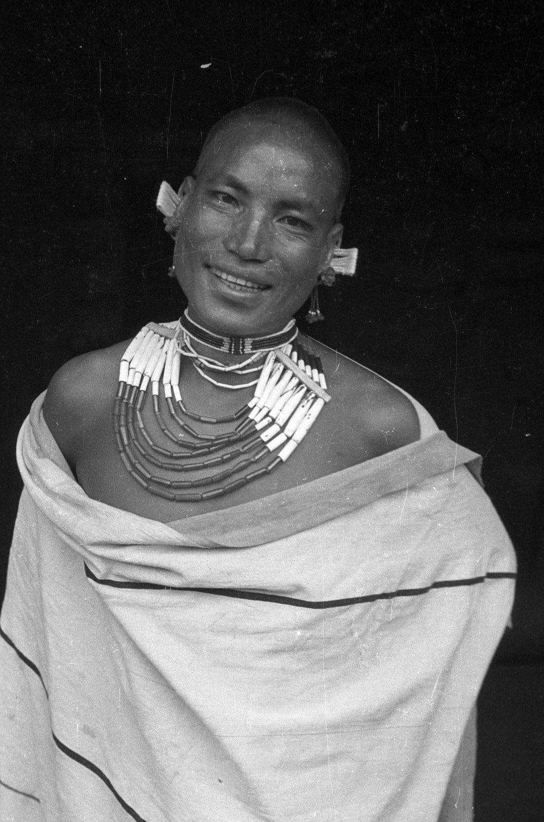 India | Eastern Angami Naga/Chakhesang Naga man. Terocheswemi (Terhutsesemi), Nagaland, Phek District. 1936. | ©SOAS, Nicholas Haimendorf