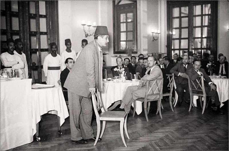 الاديب المصري الكبير عباس محمود العقاد في محاضرة ادبية في فندق الملك داوود مدينة القدس عام 1940 Old Egypt Egypt Egyptian