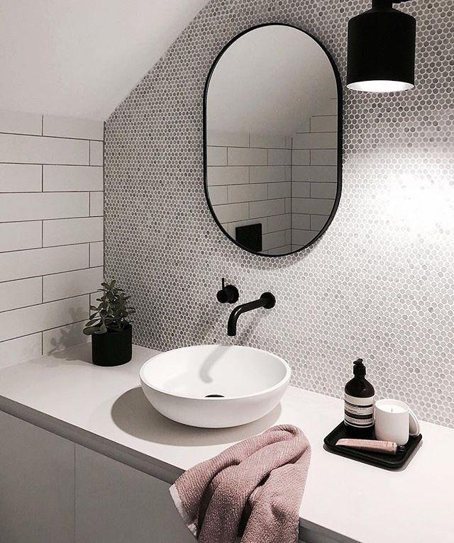 ein sehr kleines und helles badezimmer mit dachschr ge eine f r die badarchitektur interessante. Black Bedroom Furniture Sets. Home Design Ideas
