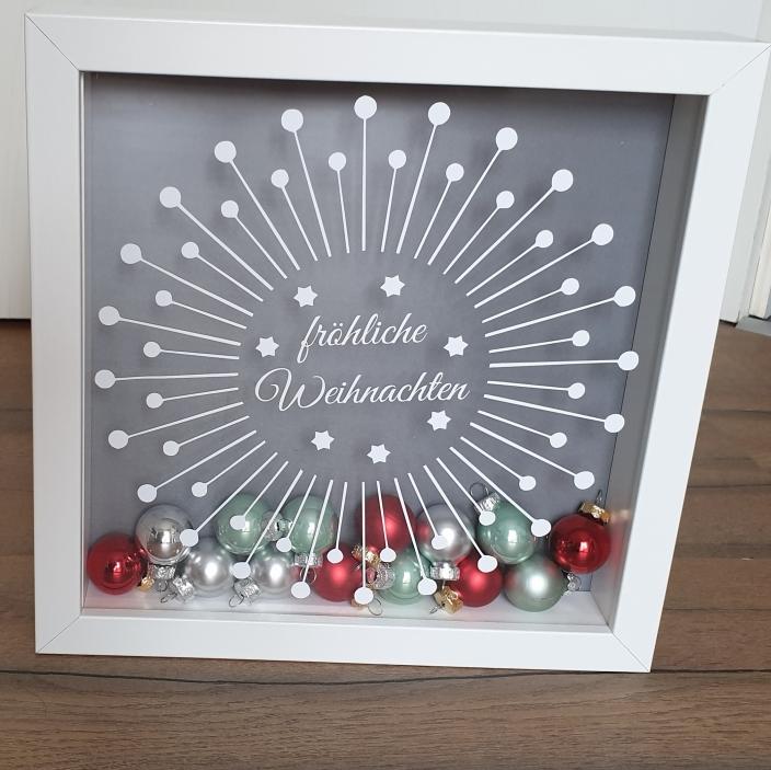 weihnachtlicher Bilderrahmen mit Christbaumkugeln aus Glas