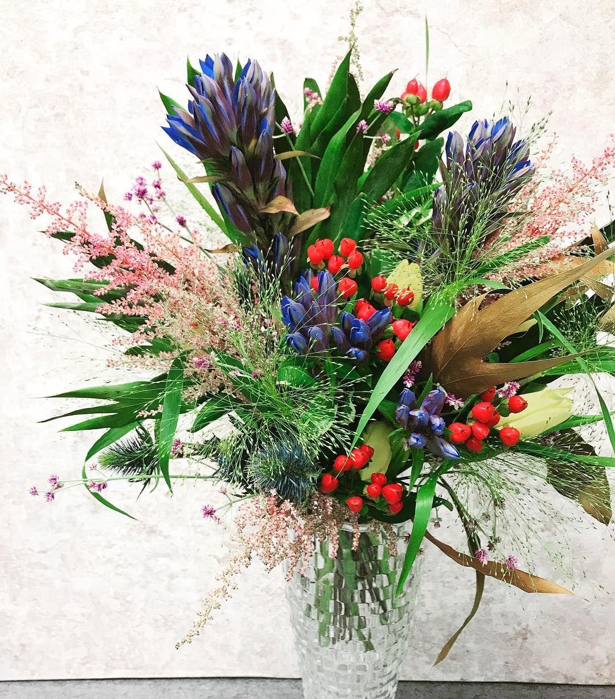 作品撮り  今回秋をテーマにして作成。 同じお花で2デザイン創りました。同じお花でも束ね方で雰囲気が変わりますね!  #作品#作品撮り#作品創り#ブーケ#花束#花#お花#飾る#お花のある暮らし #お花の定期便  #花束を君に #自分の時間#写真好きな人と繋がりたい #お花好きな人と繋がりたい #リンドウ#アスチルベ#スモークグラス #montemps#leçon#leçondujour #fleur#flower#bouquet #automne#fleursdautomne  Suivez moi 👉🏻@cerisier_mignon  Leçon du jour! Bouquet de fleurs d'automne Avec mon temps