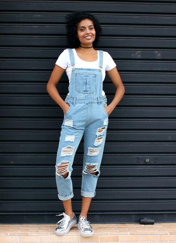 Vesti e Gostei  Jardineira jeans + Tênis metalizado  e2b6fa6e940