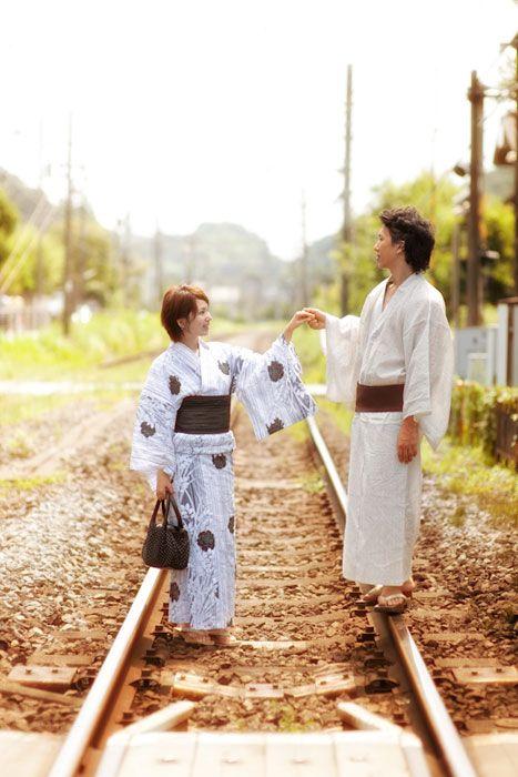 神奈川県鎌倉でエンゲージメントフォトのロケーション撮影。夏らしい浴衣の結婚フォト。
