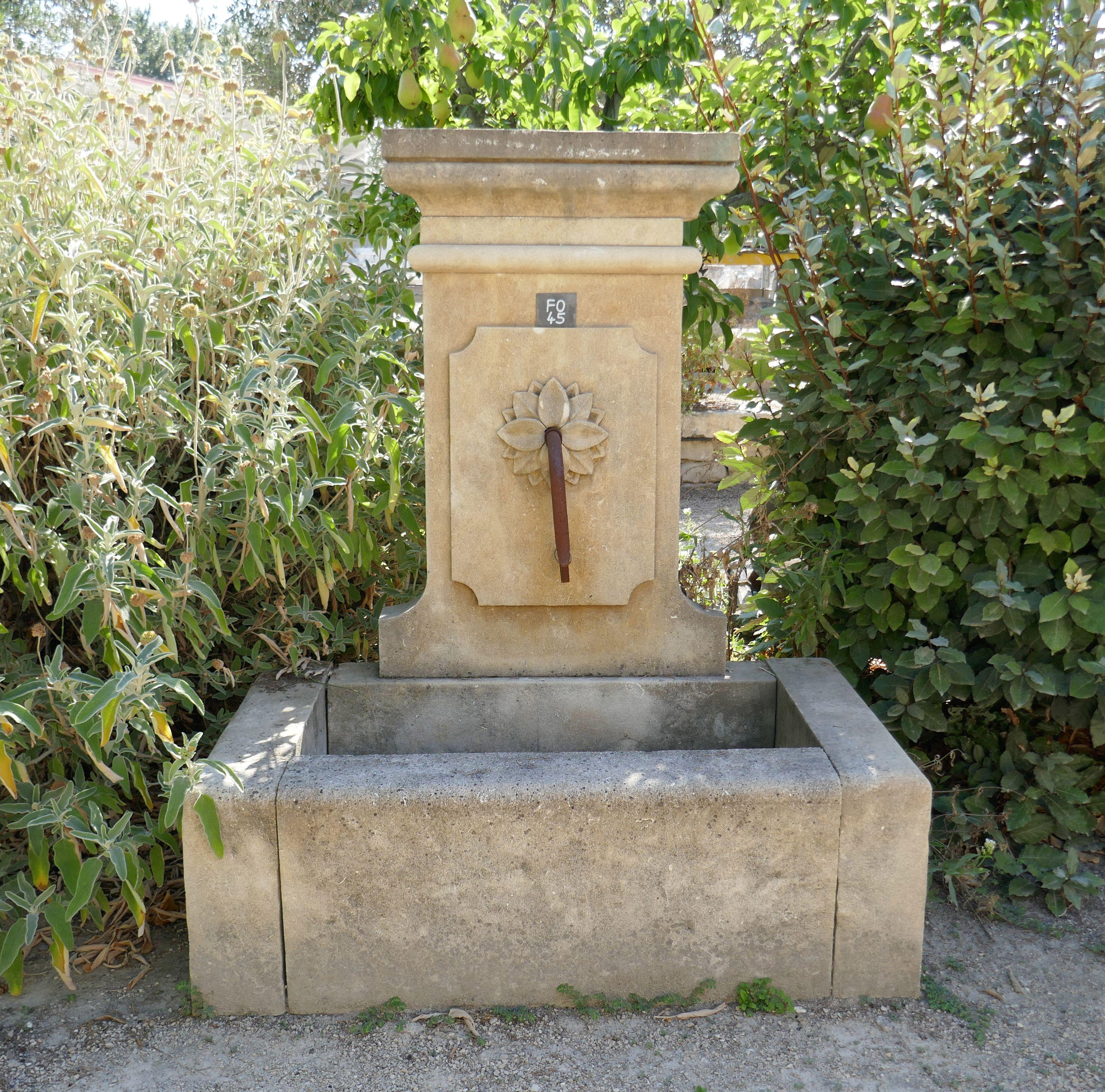 Cette Jolie Fontaine Provencale En Pierre De Provence Est Une