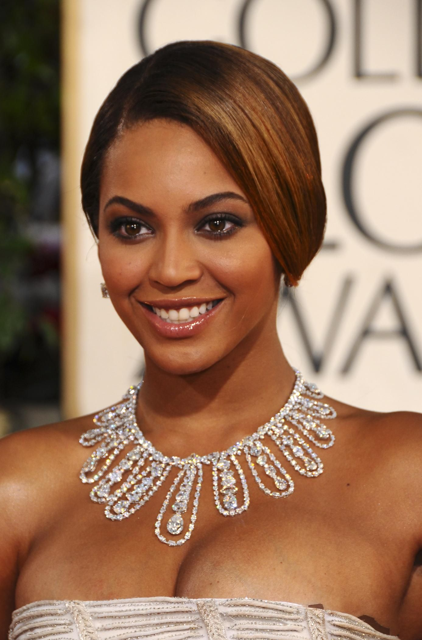 138160d1231963585-beyonce-white-dress-cleavage-66th-annual-golden