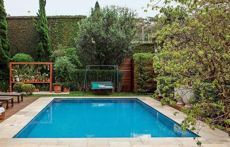 Ao fundo da piscina, balanço herdado da avó da moradora e, em seguida, muro coberto com unha-de-gato. Projeto da paisagista Claudia Muñoz