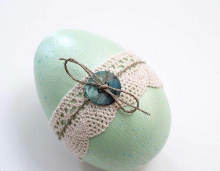 déco-Pâques-faite-maison-oeuf-décoré-dentelle-crochet-bouton