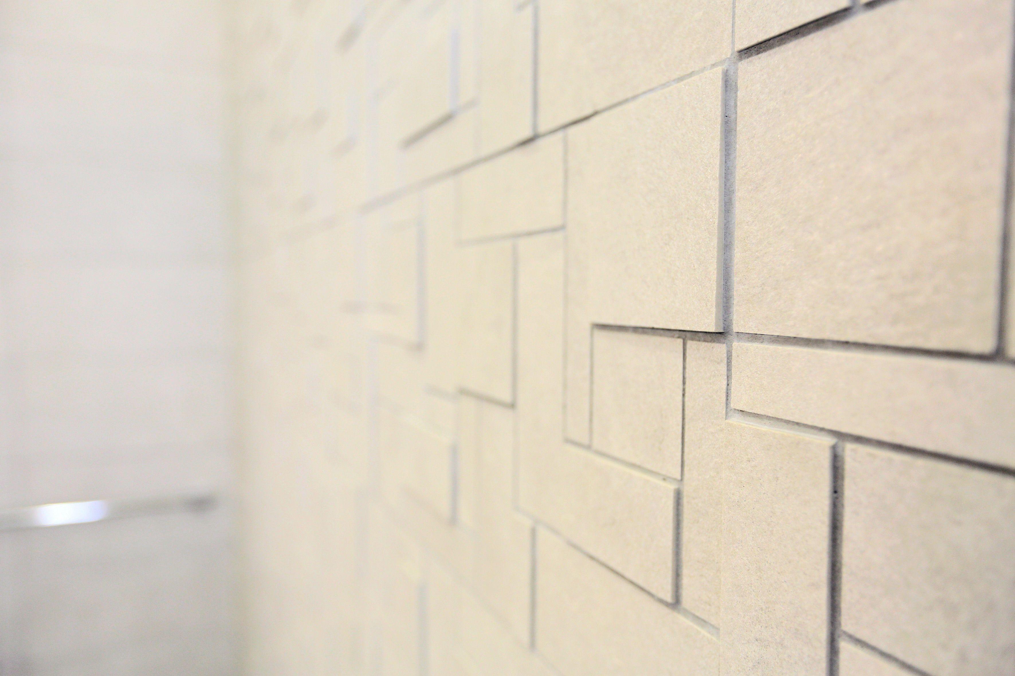 Eloa kylpyhuoneen seinässä #mosaiikki #3dmosaiikki #beige #mosaiikkiseinä #vaalea #laatat #abllaatat #abl
