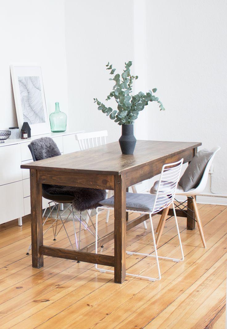 Schön Einfaches Esszimmer Mit Vintage Tisch, Stuhl Mix Und Eukalyptus Deko.